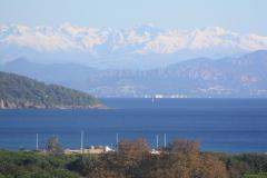 Blick-über-den-Golf-von-St.-Tropez-gen-St.-Maxime-Esterelgebirge-und-die-weissen-Seealpen-1